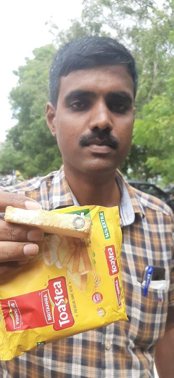 நட்டு உள்ள ரஸ்க்குடன் விவேகானந்தன்