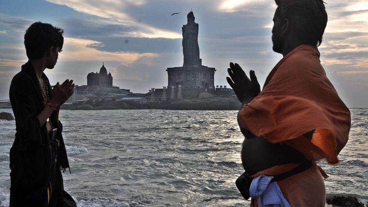 குமரி முக்கடல் சங்கமத்தில் தரிசிக்கும் பக்தர்கள்