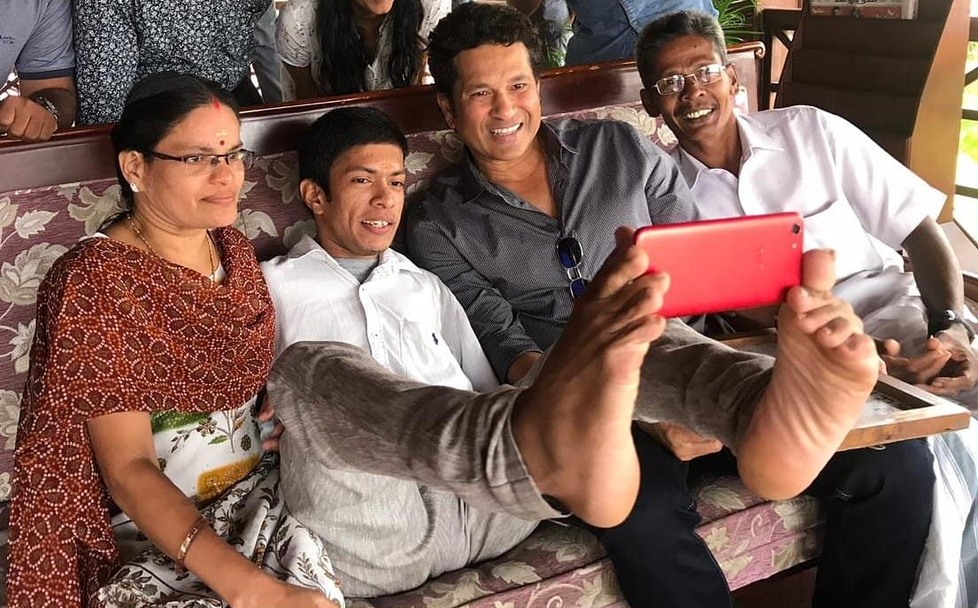 Pranav taking selfie with Sachin Tendulkar