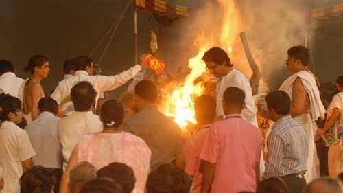 சிவசேனா தலைவர் பால் தாக்கரே  எரியூட்டப்பட்டபோது...