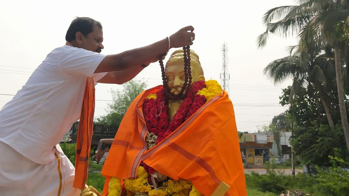 ருத்ராட்ச மாலை அணிவிக்கும் அர்ஜுன் சம்பத்