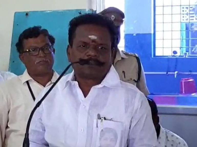 `செல்போனைக் கண்டுபிடித்தவனைப் பார்த்தால்....?!' - அமைச்சர் பாஸ்கரன் பேச்சால் சிரிப்பலை