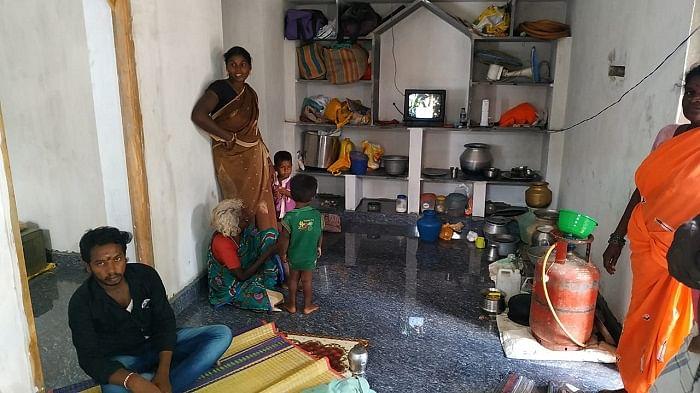இரண்டு மாவட்டங்களாகப் பிரிக்கப்பட்டிருக்கும் வீடுகளில் ஒன்று