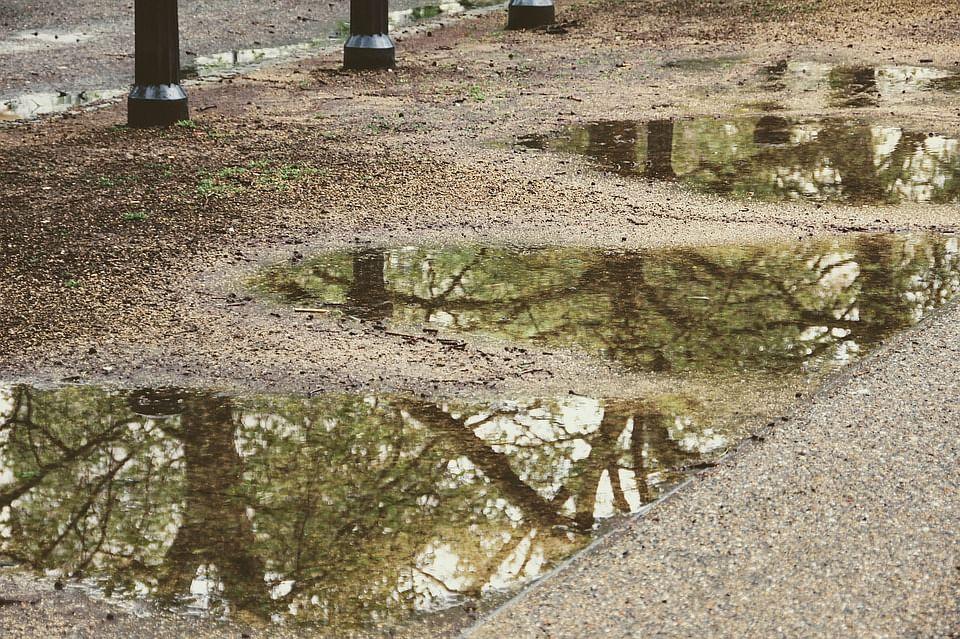 நிலத்தடியில் செல்லமுடியாமல் தேங்கும் நீர்
