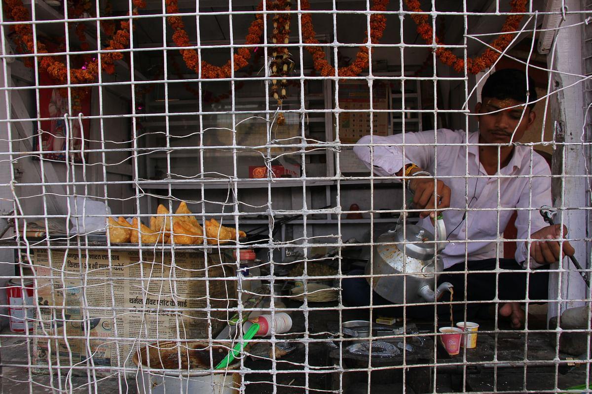 பாதுகாப்பு வளையத்துக்குள் ஒரு டீக் கடை