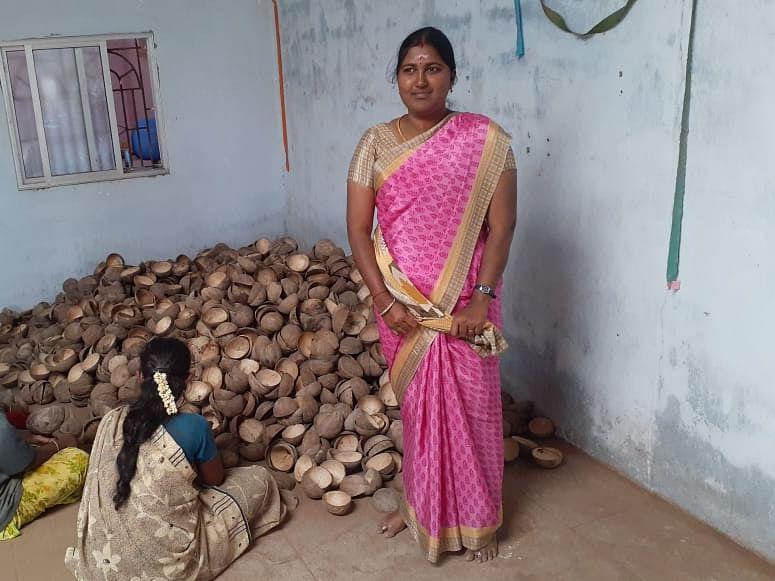 ``ஆன்லைனில் 1,500 ரூபாய்; என்கிட்ட 50 ரூபாய்தான்!'' - கொட்டாங்குச்சி பிசினஸில் அசத்தும் ராதா