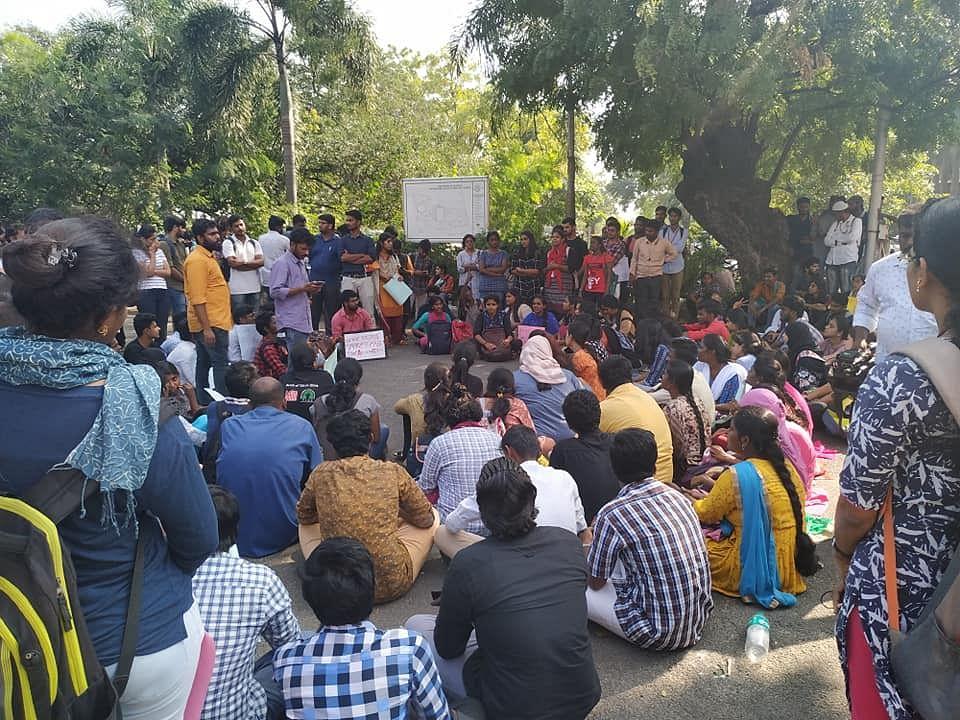 விடுமுறை அறிவித்த நிர்வாகம்; 2 மாணவர்கள் கைது?- தொடரும் சென்னைப் பல்கலைக்கழக போராட்டம்! #CAAProtests