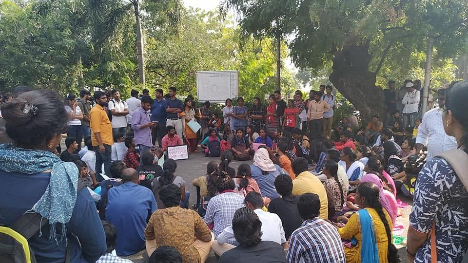 சென்னைப் பல்கலைக்கழக மாணவர்கள் போராட்டம்