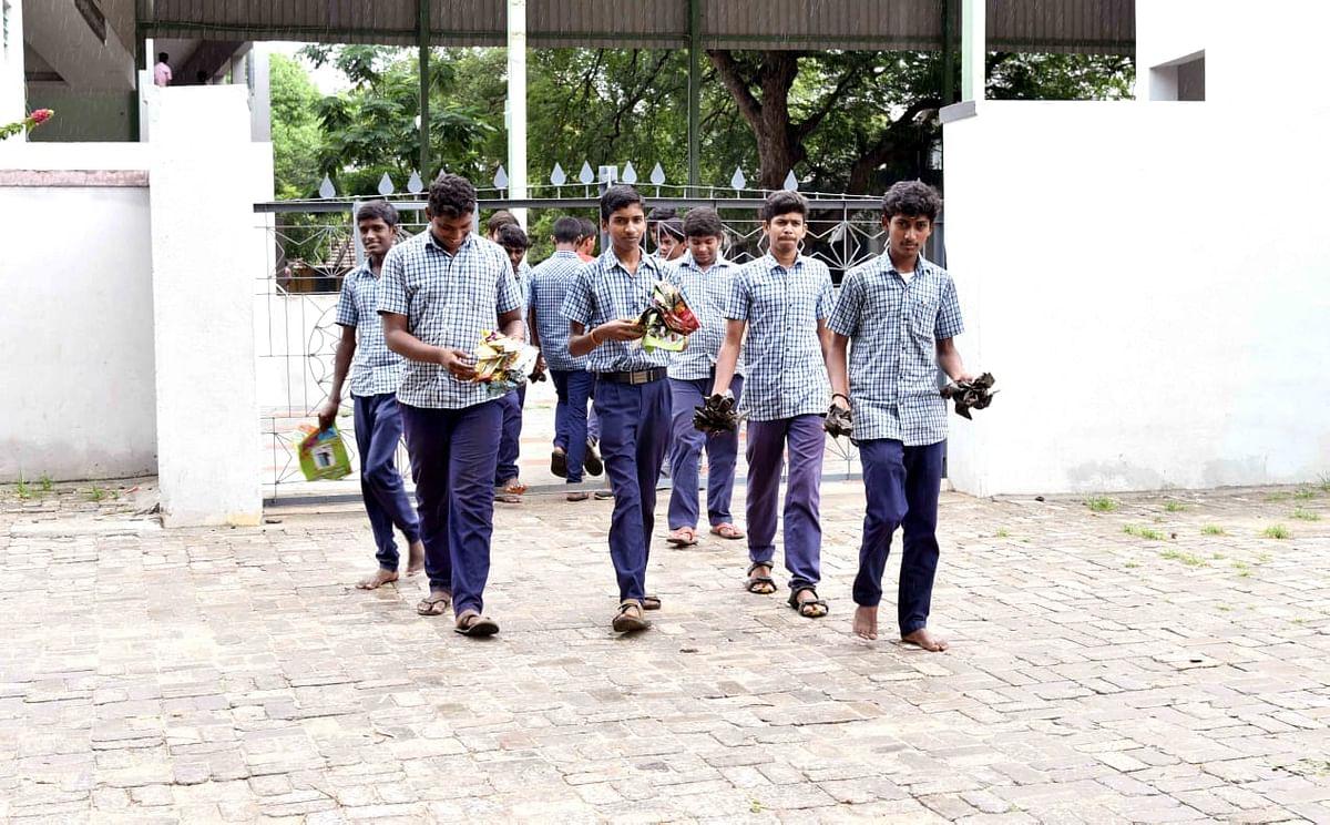 பிளாஸ்டிக் குப்பைகளை அகற்றும் மாணவர்கள்
