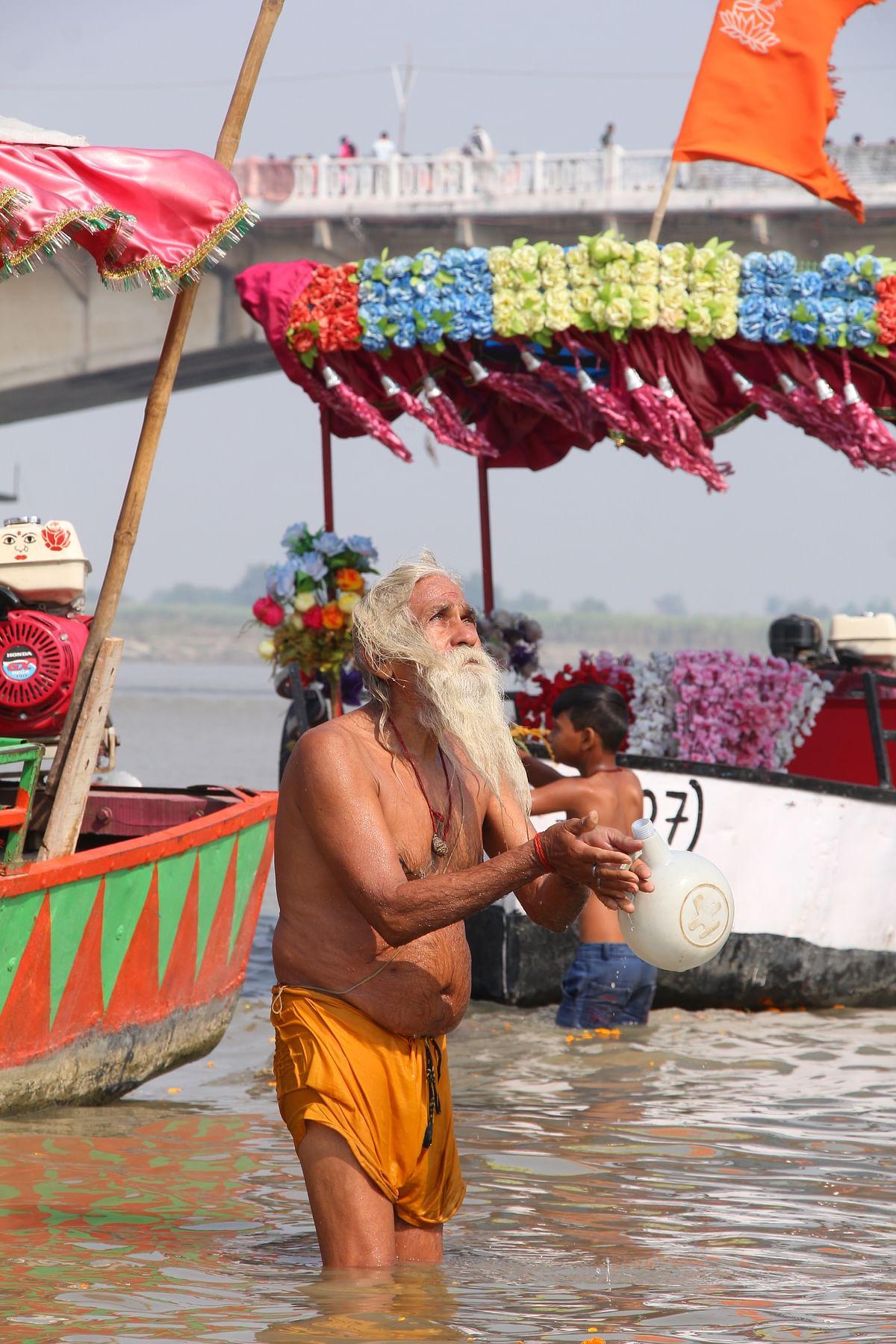சரயு நதியில் நீராடியபடி சூரியனை வழிபடும் சந்நியாசி