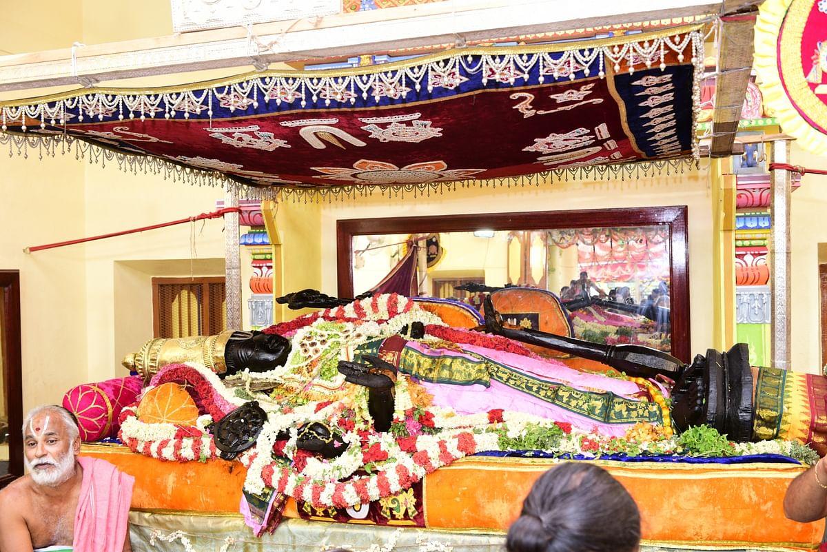 சயன கோலத்தில் எழுந்தருளியகாஞ்சிபுரம் அத்திவரதர்.