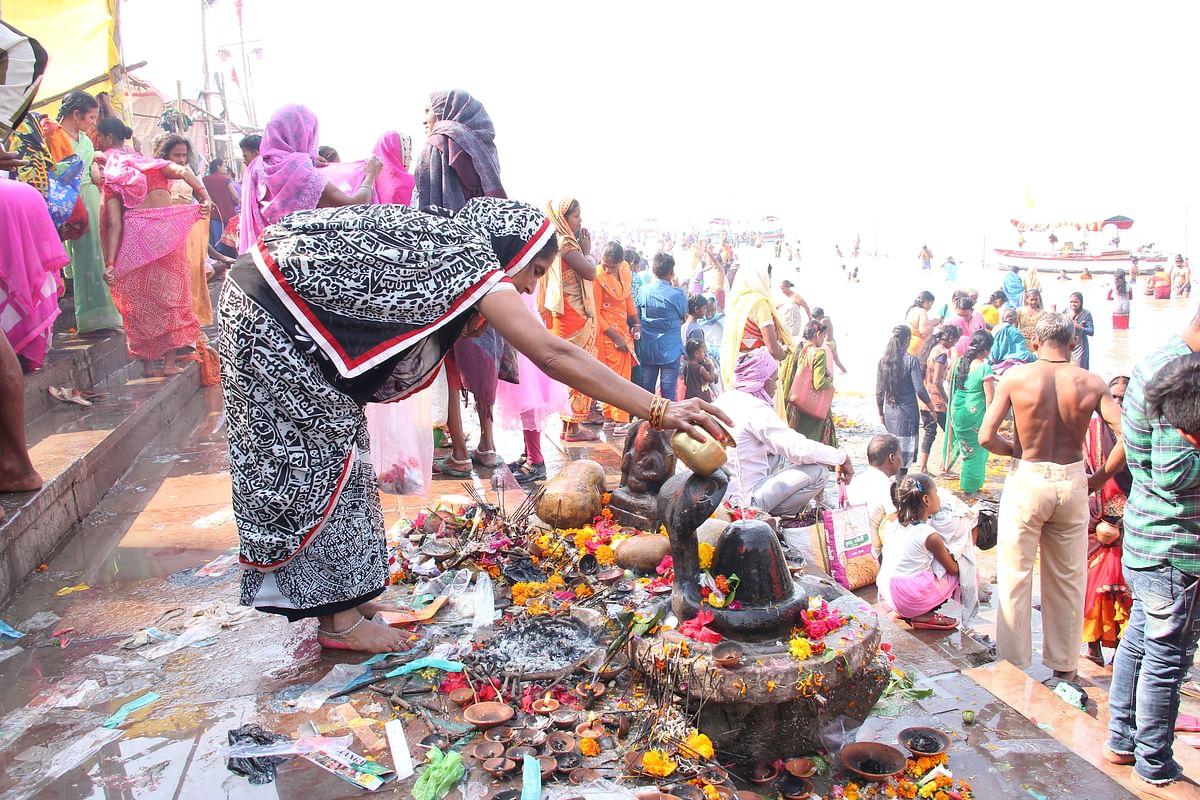 சரயு நதியில் நீராடிவிட்டு சிவ வழிபாடு செய்யும் பக்தை