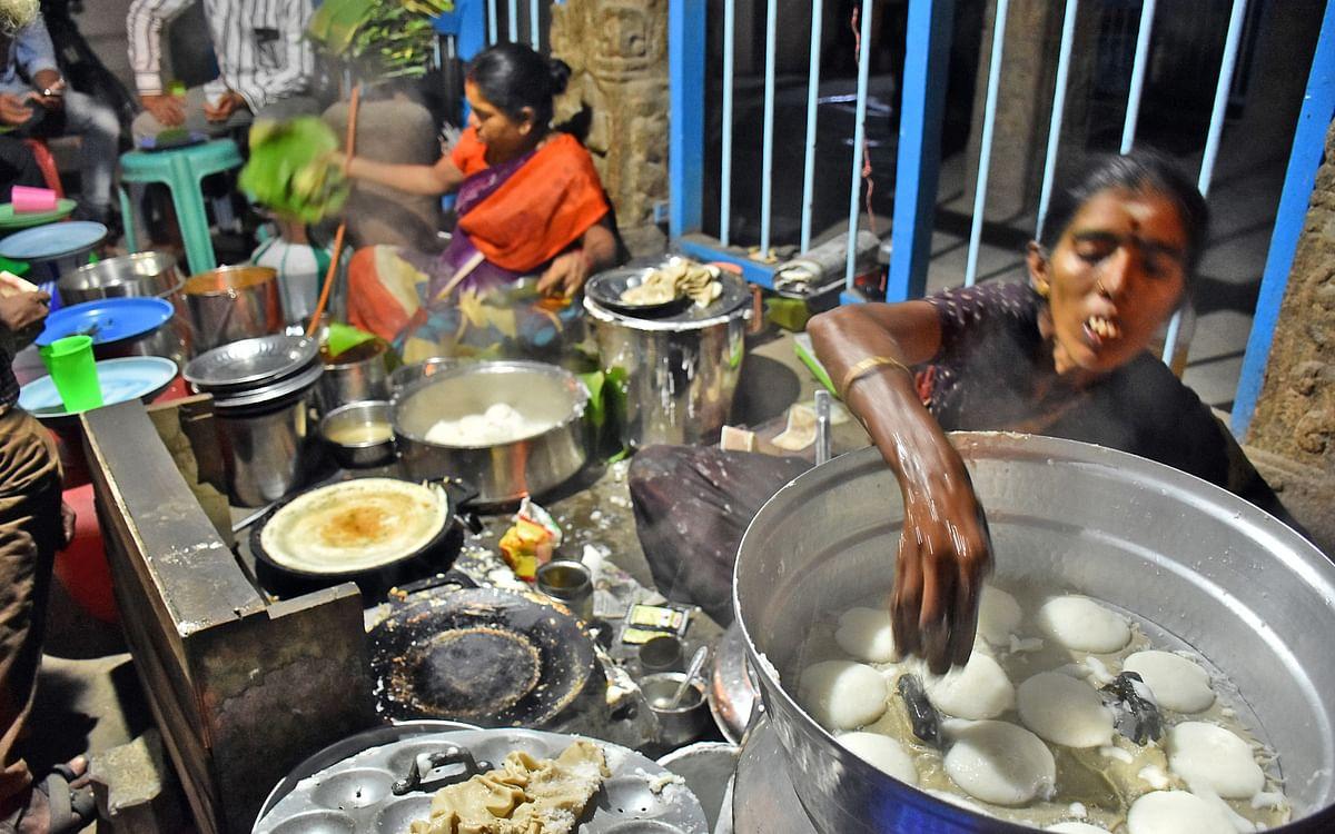 இரவில் சூடாக கிடைக்கும் மதுரை அக்கா கடை இட்லி... உருவாவது இப்படித்தான்! #VikatanPhotoStory