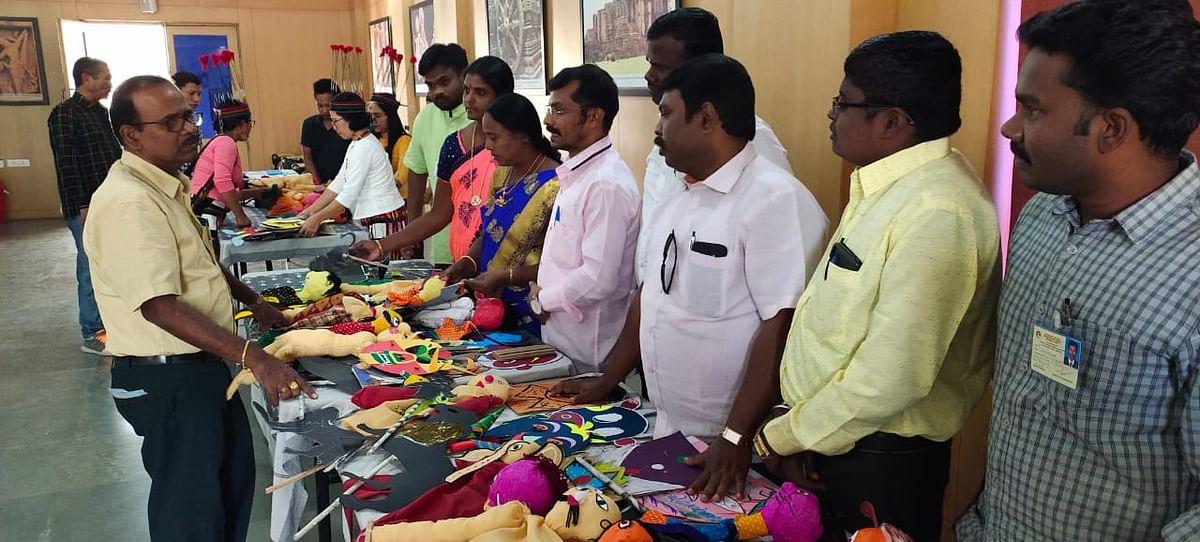 பொம்மலாட்ட பயிற்சி வகுப்பின்போது சரவணன்