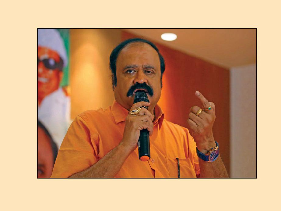 அ.தி.மு.க-வில் இணைந்தார் பெங்களூரு புகழேந்தி! #NowAtVikatan