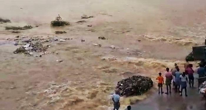 ஆற்றில் அடித்துச் செல்லப்படும் குப்பைகள்