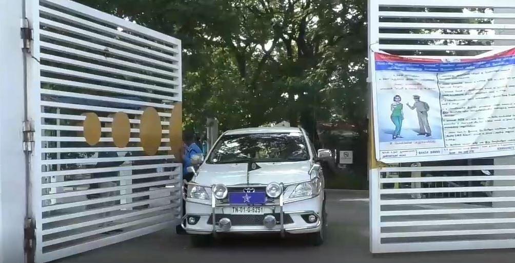 கல்லூரியில் விசாரித்துவிட்டு வரும் போலீஸ் அதிகாரி