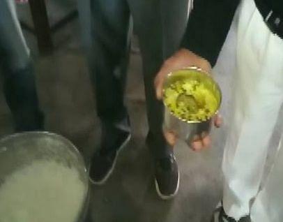 `மதிய உணவில் எலி... ஒரு பாக்கெட் பாலுக்கு ஒரு வாளி தண்ணீர்!' - உத்தரப்பிரதேச மதிய உணவு அவலம்
