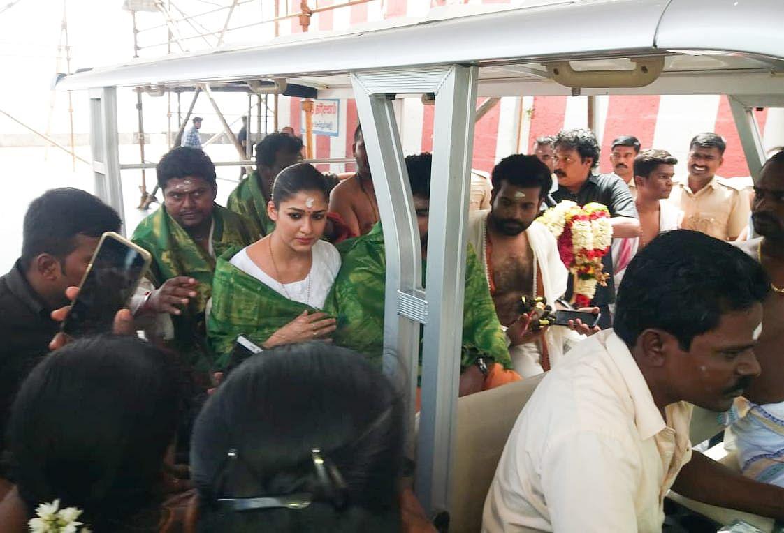 பேட்டரி காரில் வந்த  நயன்தாரா