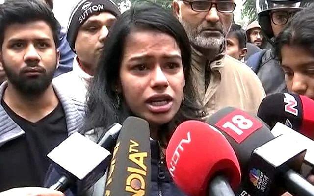 `நாட்டில் இருக்கவே பயமா இருக்கு!' -நள்ளிரவில் நடந்ததைக் கண்ணீருடன் விவரிக்கும் மாணவி #JamiaProtest