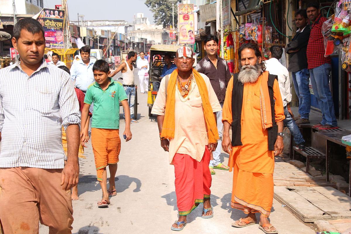 வழிபாடு முடித்து திரும்பும் ராம பக்தர்கள்