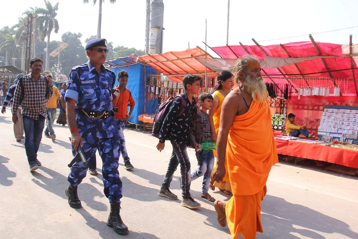 அயோத்தி தெருக்களில் சாதுக்களுக்கு இணையாகக் காவல் புரியும் வீரர்கள்