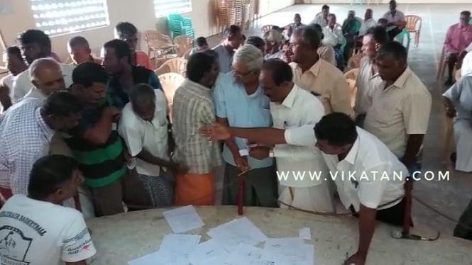 குலுக்கலில் ஈடுபடும் கிராமத்தினர்