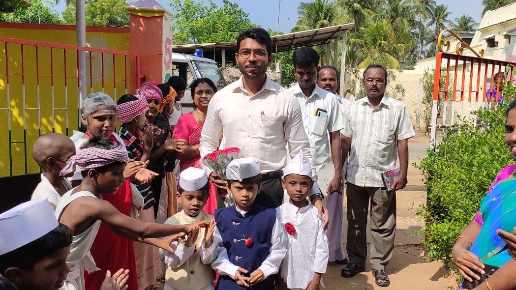 மாணவர்களோடு ஷேக் அப்துல் ரஹ்மான்