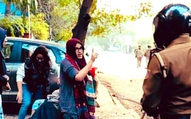 `மன்னிப்பு கேட்க முடியாது!' - பினராயி விஜயனுக்கு எதிராகக் கொதித்த ஜாமியா மாணவி ஆயிஷா