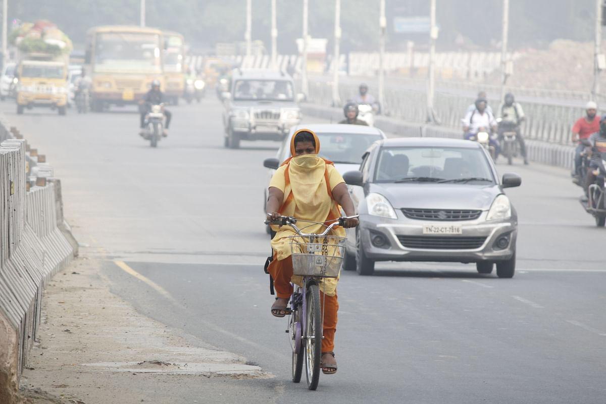 சென்னையில் ஏற்பட்ட கடுமையான காற்று மாசுபாட்டின் காரணமாக பொதுமக்கள் அவதிக்குள்ளாயினர்.