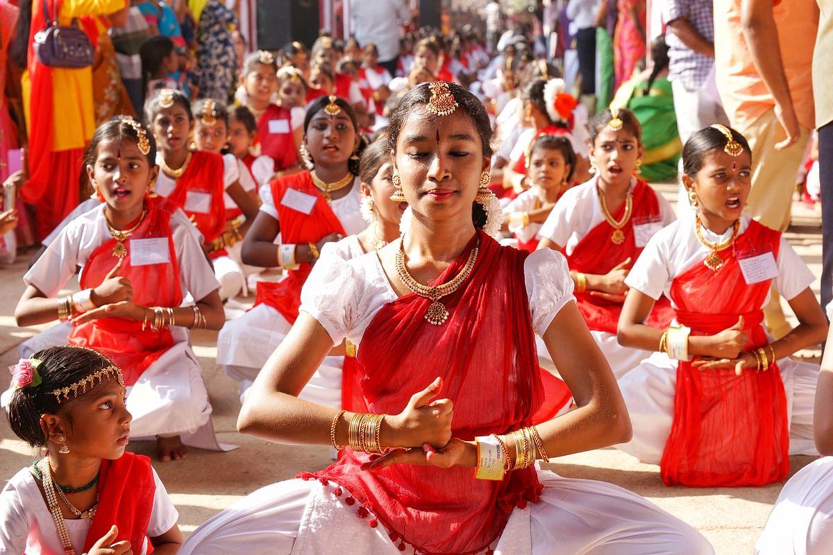 சிதம்பரம் நடராஜர் கோயிலில், 7500 நடன கலைஞர்களால் கின்னஸ் சாதனைக்காக நிகழ்த்தப்பட்டநடன நிகழ்ச்சி.