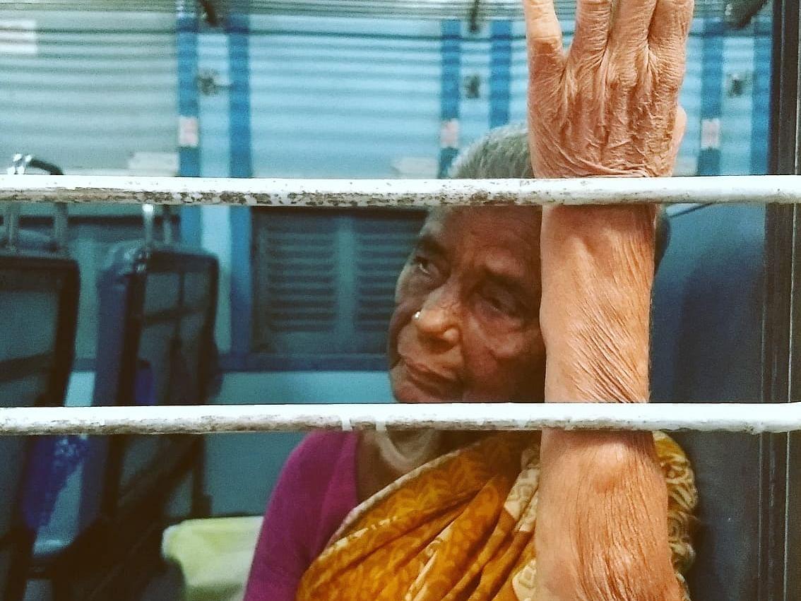 `சீட்கன்ஃபார்ம் ஆகல, 50 ரூபாதான் இருக்கு' தாயின் தவிப்பும் டிடிஆரின்கனிவும்- ரயில்பெட்டிக் கதைகள்