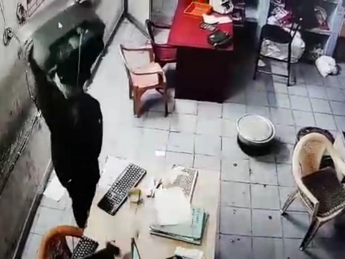 `அறை முழுவதும் பணத்தைச் சிதறவிட்ட மர்ம நபர்!'- செங்கல்பட்டு டோல்கேட் கொள்ளைக் காட்சிகள் #CCTV