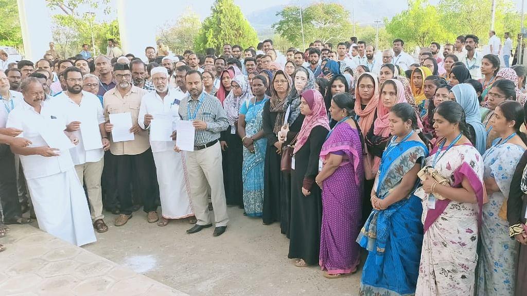 கலெக்டர் அலுவலகம் வந்த கல்லூரி நிர்வாகத்தினர்
