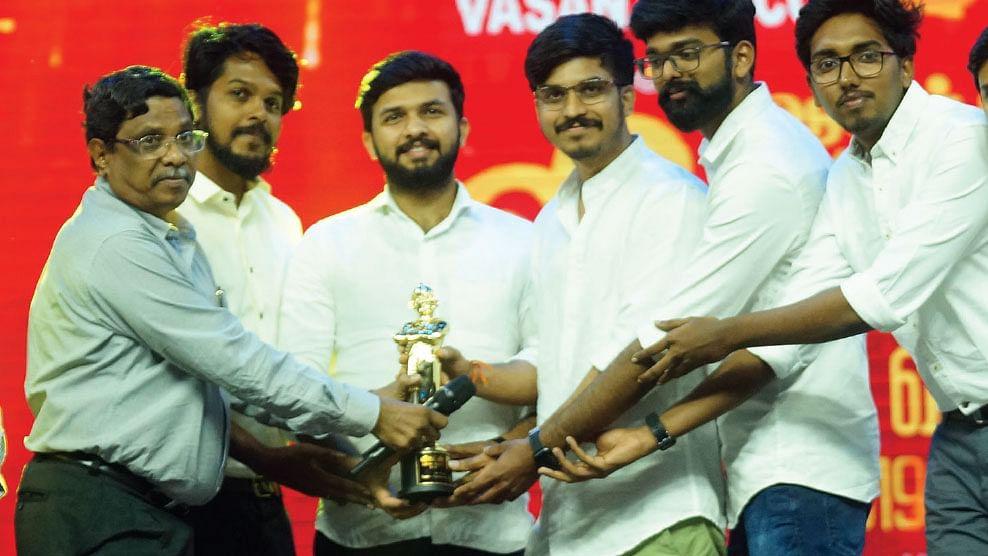 'பாண்டிகூட்' குழுவினருக்கு விருது வழங்குதல்