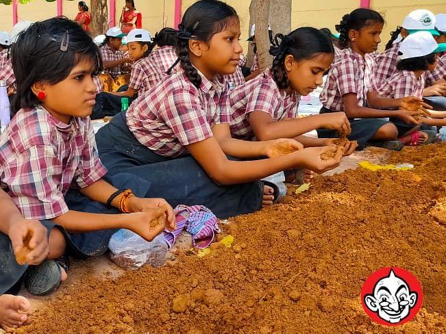 `256 டன் செம்மண்; 1.46 கோடி விதைகள்!'- ராமநாதபுரத்தில் 30 லட்சம் விதைப்பந்துகள் தயாரித்து உலக சாதனை