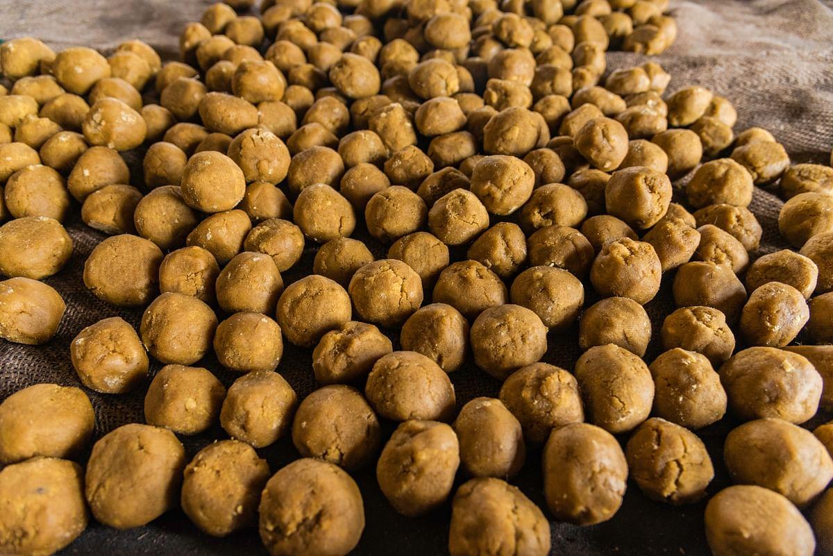 இனிப்பான வெல்லம் தயார். மண்ட வெல்லம் மொத்தவிலைக்கு ரூபாய் 50 எனவும் சில்லறையாக ரூபாய் 60 எனவும் விற்பனை செய்யப்படுகிறது.