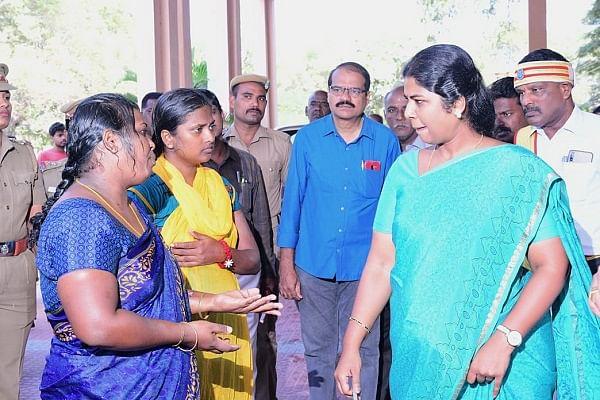 பெண்களிடம் குறை கேட்கும் ஆட்சியர் ஷில்பா பிரபாகர்சதீஷ்