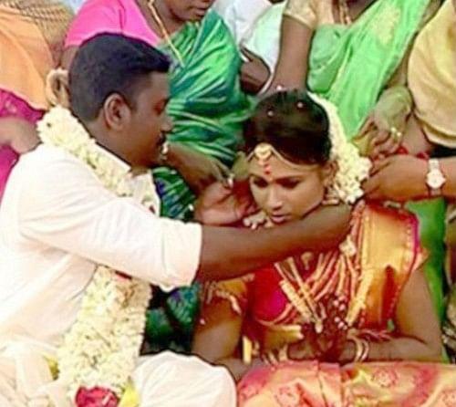 அஞ்சு கழுத்தில் தாலிகட்டும் மணமகன் சரத்குமார்