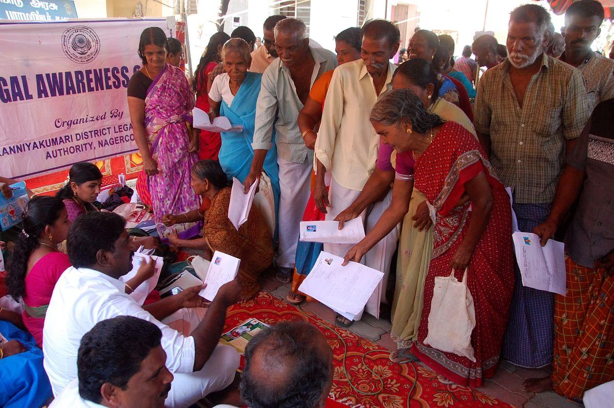 கிராமசபா கூட்டத்தில் கலந்து கொண்டவர்கள் தங்கள் கோரிக்கைகளை மனுவாக அளிக்கின்றனர்