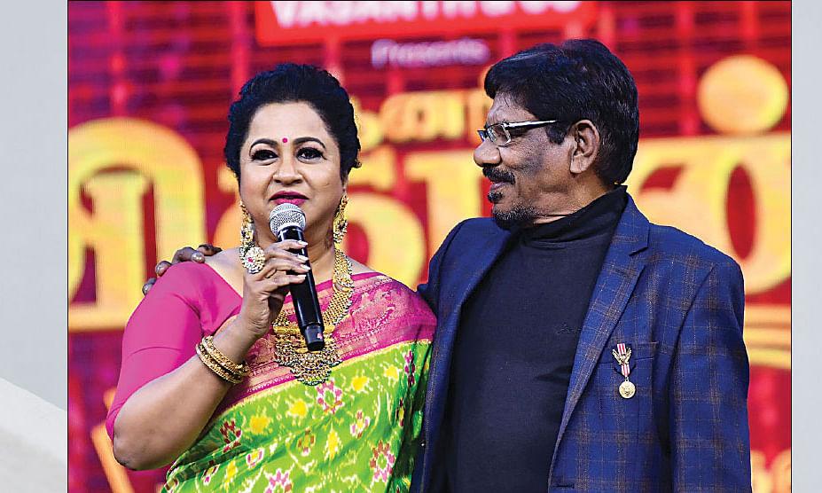 இயக்குநர் பாரதிராஜா உடன் நடிகை ராதிகா...
