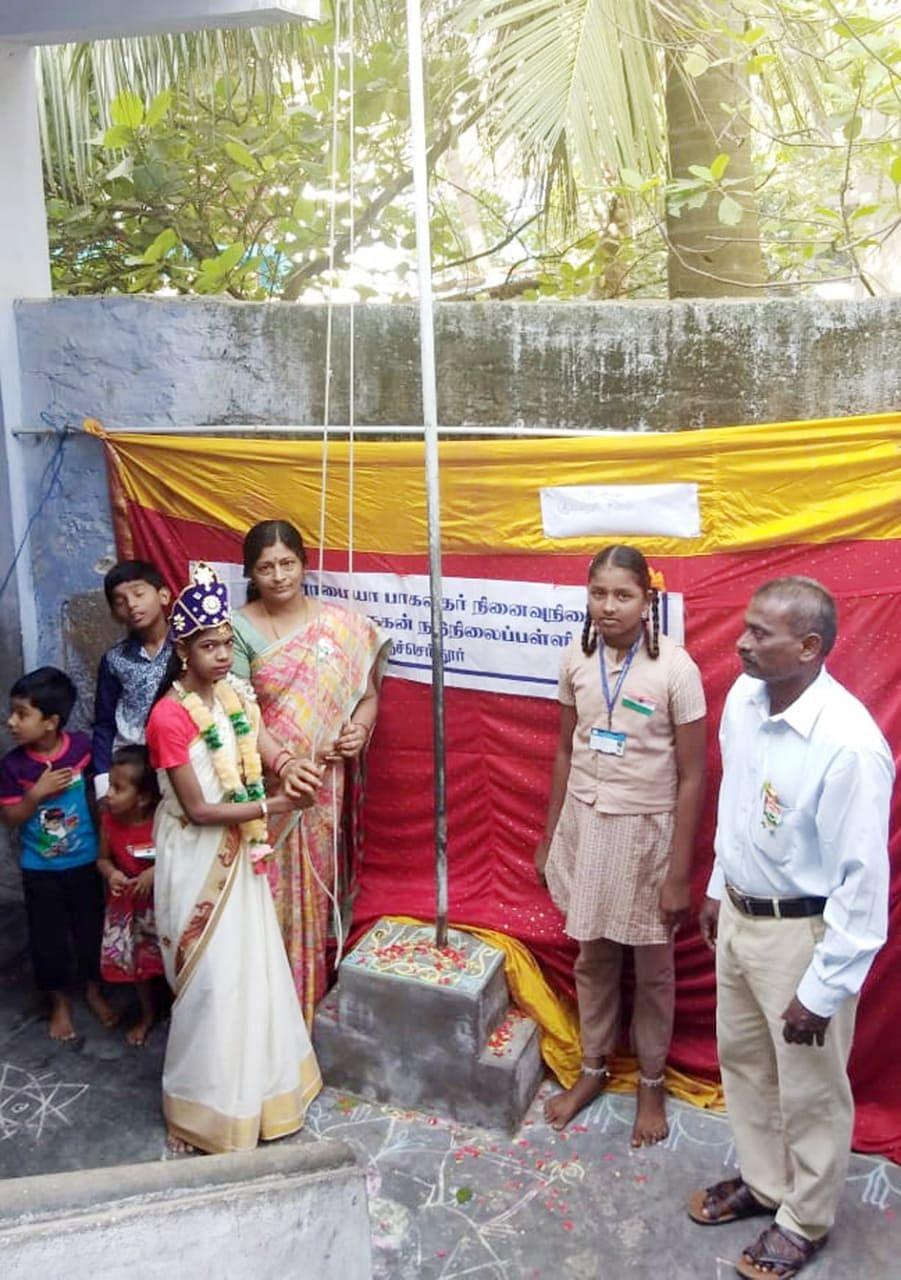 கொடியேற்றும் மாணவி சய்பாலா