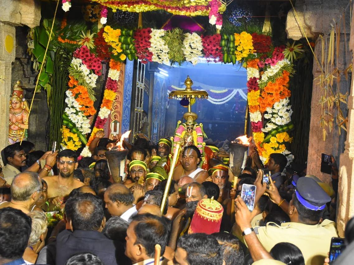 `ரத்தின அங்கியுடன் காட்சியளித்த நம்பெருமாள்!' - ஶ்ரீரங்கம் சொர்க்கவாசல் திறப்பு விழா கோலாகலம்