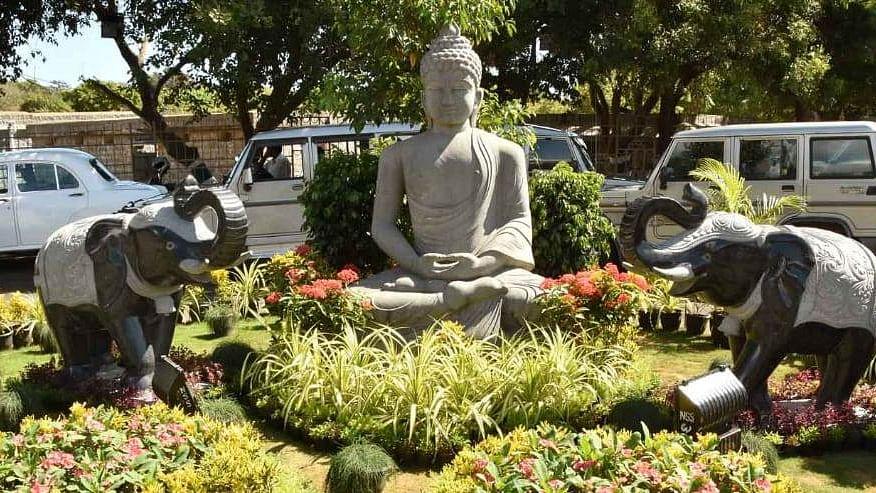 ஜின்பிங் வருகைக்காக வைக்கப்பட்ட புத்தர் சிலை