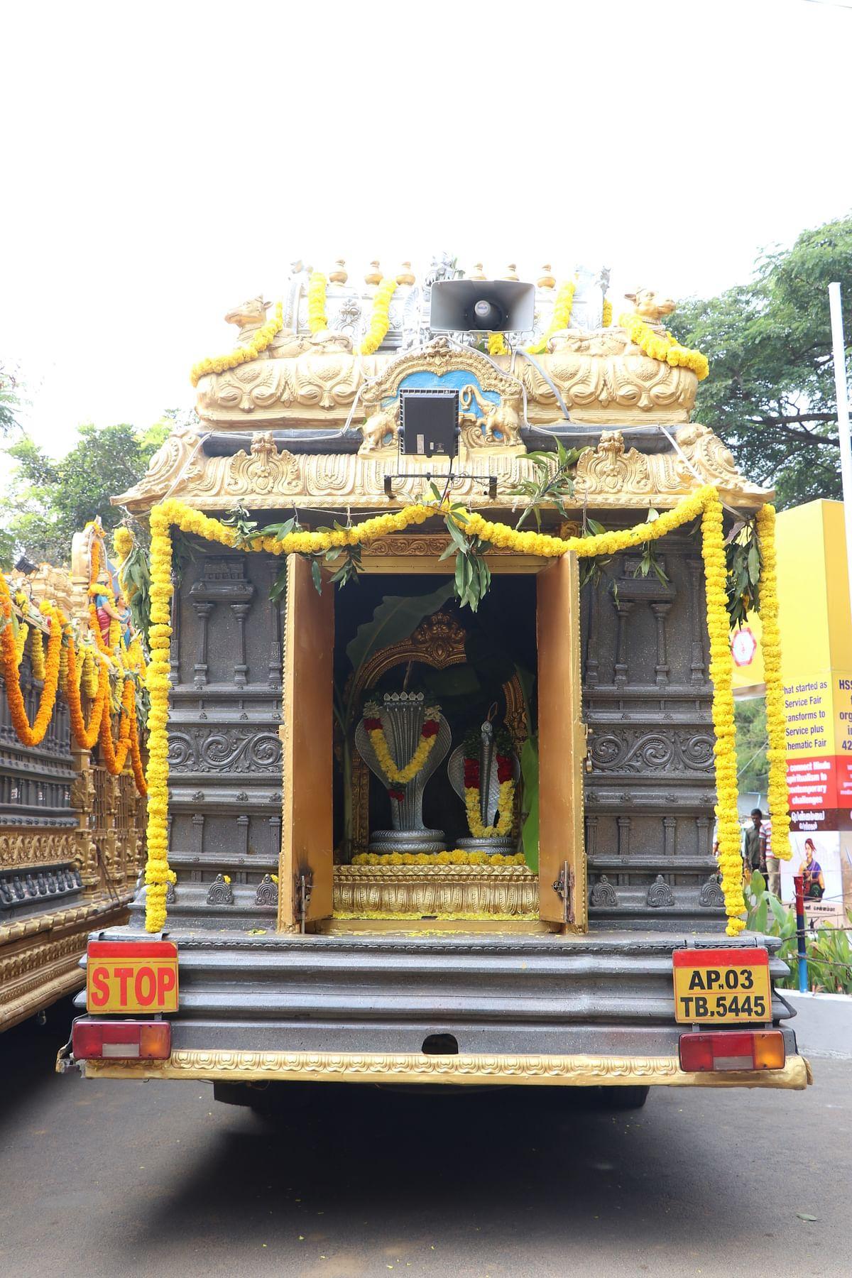 ஆந்திராவின் பல்வேறு கோயில்களிலிருந்தும் கண்காட்சிக்கு வந்துள்ள ரதங்கள்
