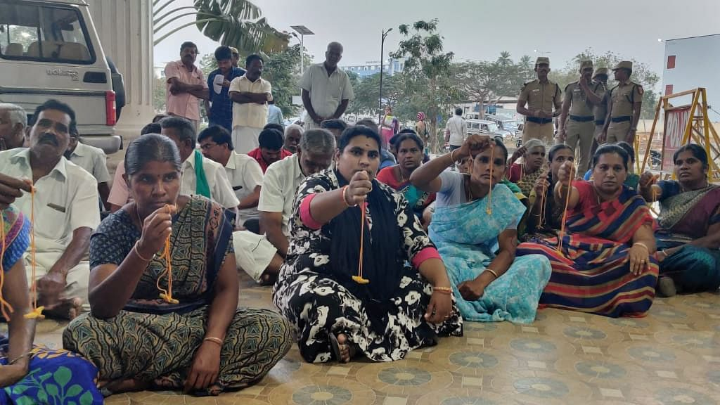 தாலியுடன் கலெக்டர் அலுவலகத்தை முற்றுகையிட்ட பெண்கள்