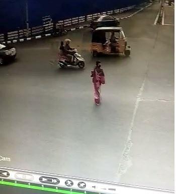 குழந்தையைக் கடத்திச் செல்லும் ரேவதி