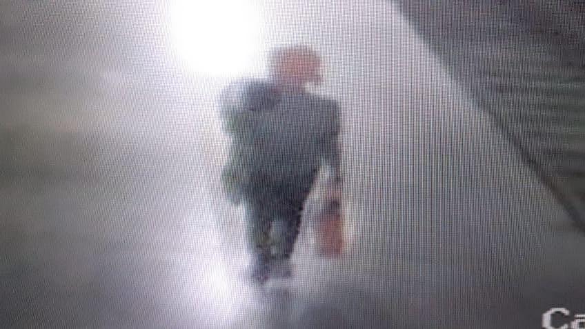ரயில் நிலையத்தில் குழந்தையைத் தூக்கிச் செல்லும் மர்மநபர்
