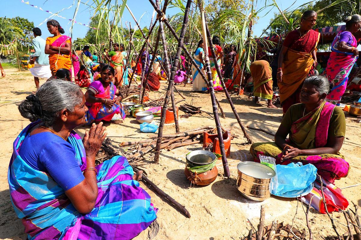 புதுப் பானை, புது அடுப்புடன் பொங்கல் வைக்கக் காத்திருக்கும் பெண்கள்