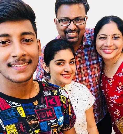 குடும்பத்துடன் நிவேதா தாமஸ்